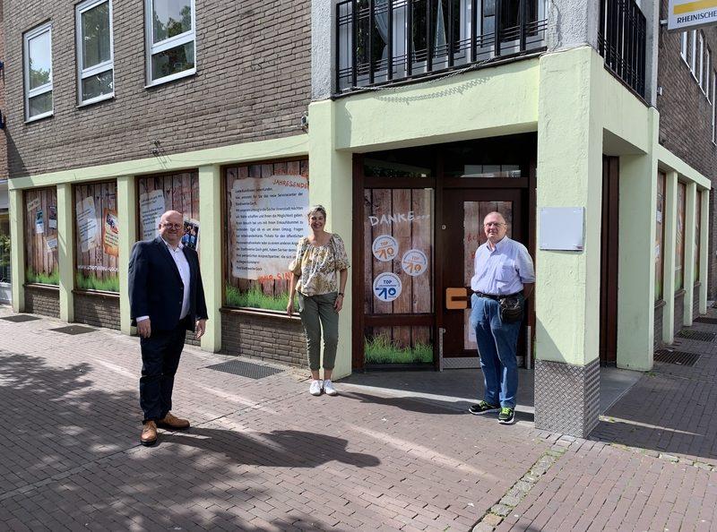 Annette Hagen (Inhaberin des ehemaligen Buchladens) und Martin Fingerhut (Eigentümer) übergeben die Schlüssel an Carlo Marks (Geschäftsführer Stadtwerke Goch)