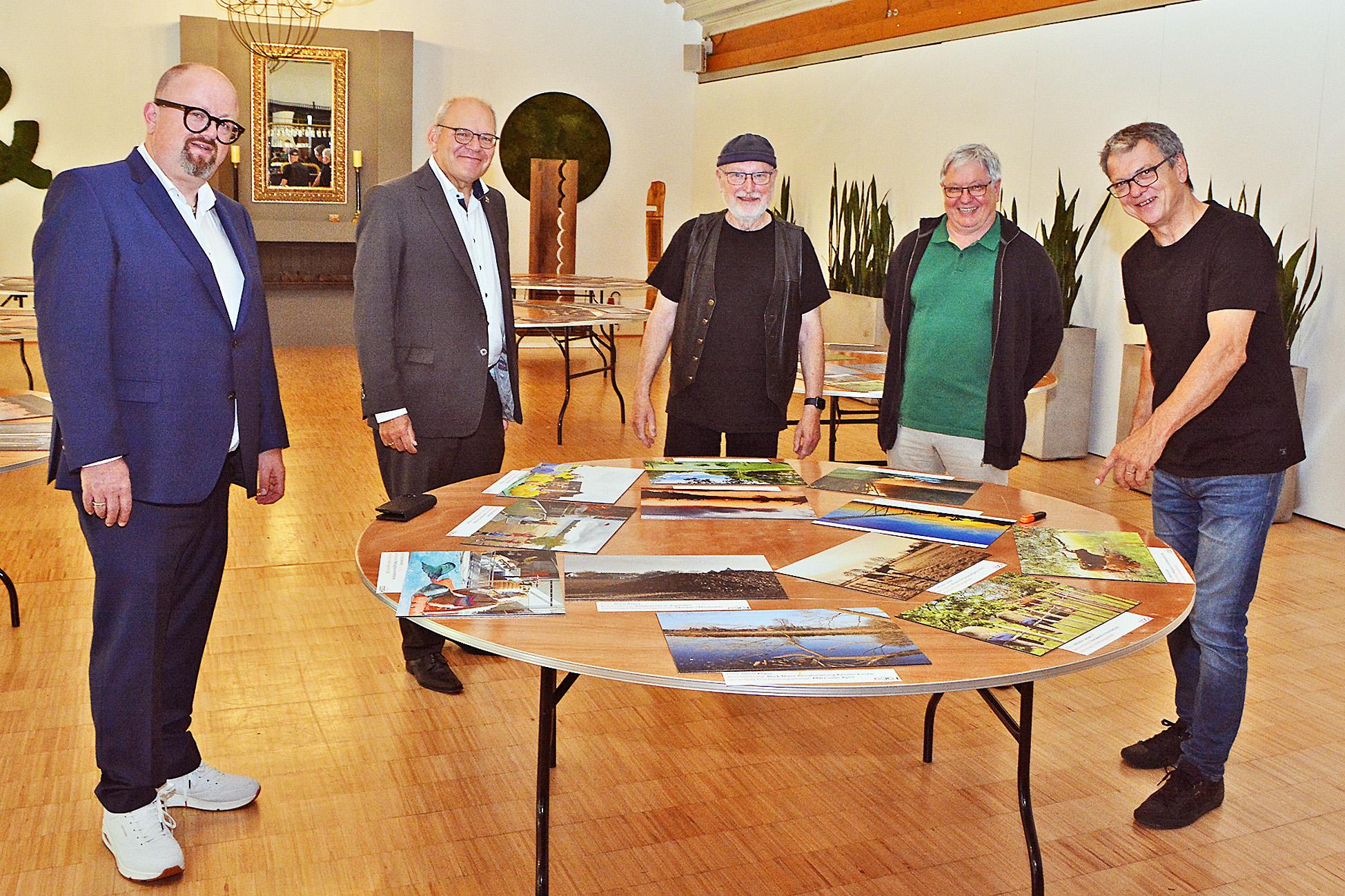 (von links): Stadtwerke Goch Geschäftsführer Carlo Marks, Gochs Bürgermeister Ulrich Knickrehm, Fotograf Steve Freienstein, Museumsleiter Dr. Stephan Mann und Franz Geib waren über die eingereichten Motive der Gocher begeistert.